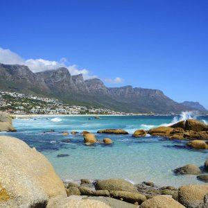 Vista panorâmica dos subúrbios da Cidade do Cabo, Camps Bay, na costa Atlântica com a montanha dos Doze Apóstolos ao fundo.