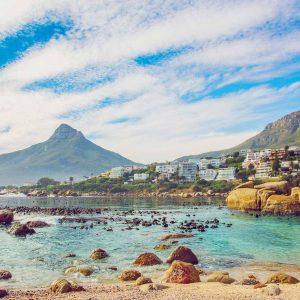 Praia da Cidade do Cabo, com a Montanha Cabeça de Leão ao fundo.